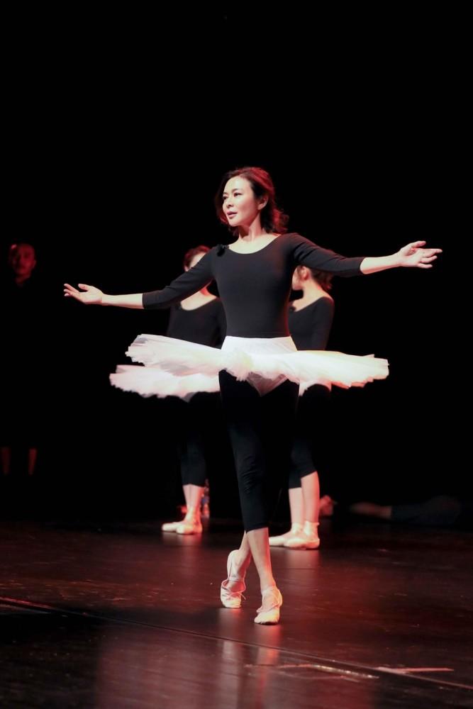 55岁关之琳穿紧身衣跳芭蕾 美艳丰韵犹存