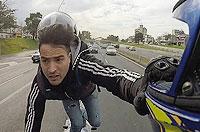 阿根廷男子站着骑摩托车自拍