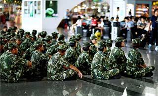 武警席地而坐等高铁感动众人