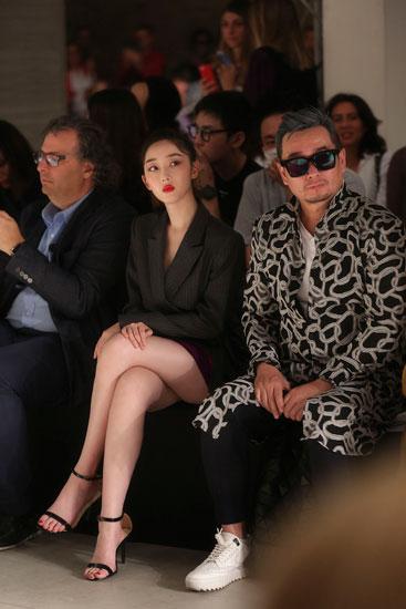 蒋梦婕米兰时装周首秀 气场干练美腿迷人