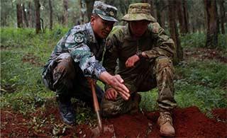 中澳联合演习 中方教澳军挖灶