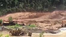 开车都躲不及!老挝水库溃坝激流席卷工地