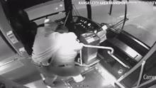 监拍公交女司机遭骚扰 好心人用拐杖制服