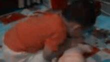 2岁半男童熟练掌握心肺复苏术 母亲:他偷学的