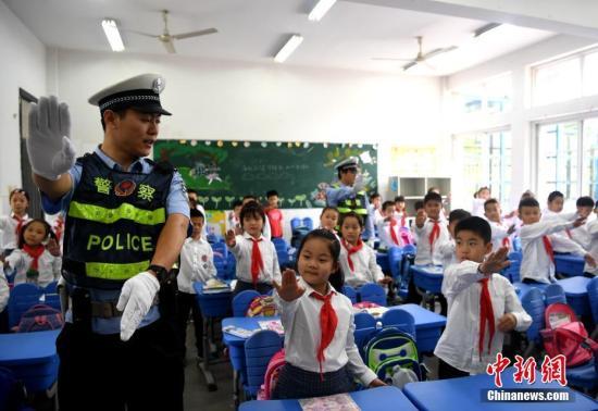 武汉出新规:禁止将未满8岁孩子单独留车内