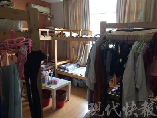 南京一套房子蜗居28人:墙上挂满电线 臭味扑面而来