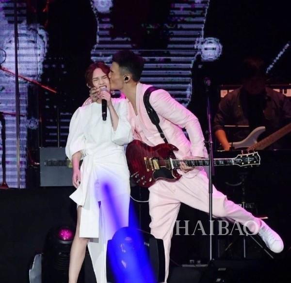 杨丞琳被李荣浩亲到脸变形,让音乐才子演唱会上突然发糖的她到底什么本事?7年不变的