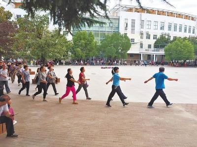 郑州一幼儿园为治放学拥堵出奇招:家长提前进园参加健步走