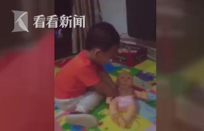 2岁男童熟练操作心肺复苏术 护士母亲:他偷学的