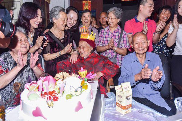 """最大""""00后""""迎117岁生日 百名子孙排队祝寿"""