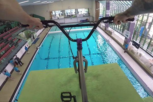拦也拦不住!英国男子骑自行车跳水上演惊险一幕