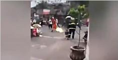 消防员救火抱喷火煤气罐疾走大喊:快走开!