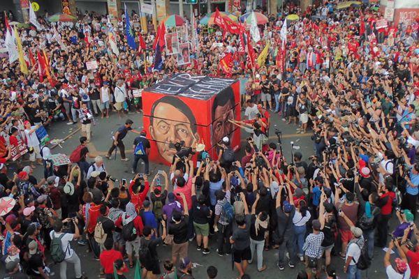 """菲律宾""""全国抗议日"""" 民众游行抗议总统杜特尔特"""