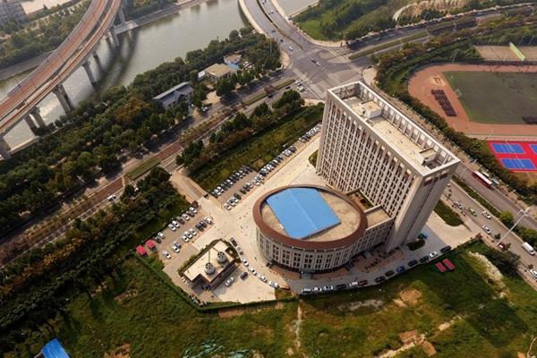 """郑州一建筑酷似马桶 """"坐便位水箱""""一应俱全"""