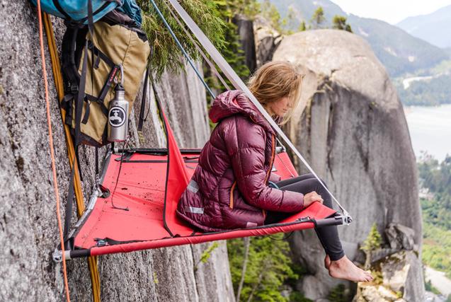 国外攀岩达人百米高崖壁上惊险露营