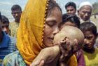 难民母亲抱溺亡男婴痛哭