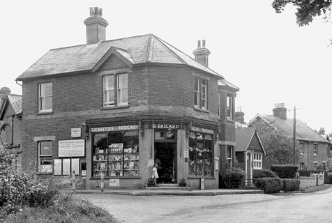 黑白旧照记录英国街角小店曾经的辉煌