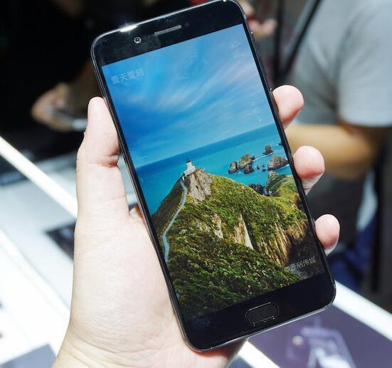 俄媒:俄双屏手机YotaPhone 3在华上市
