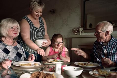 组图展现当代英国不同家庭用餐场景