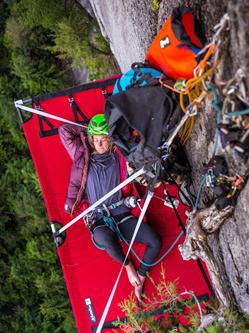 攀岩达人百米高崖壁上惊险露营