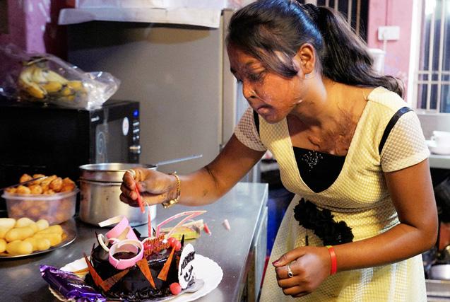 走近印度酸袭击受害者咖啡馆打工生活