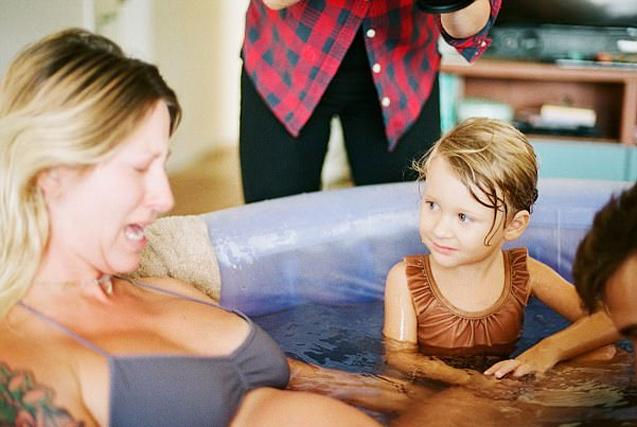 美国三岁小女孩参与母亲分娩全程
