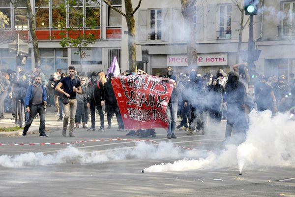 """法国抗议劳动法活动愈演愈烈 巴黎街头一片""""混战"""""""