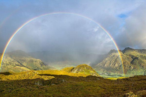 英国摄影师湖区散步 意外拍到六轮彩虹
