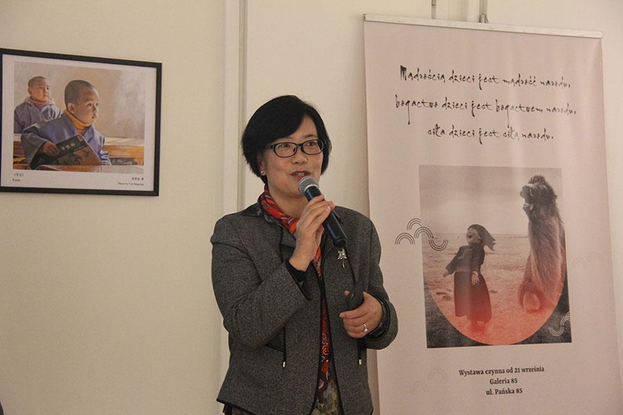 """""""中国故事——聚焦儿童""""摄影作品展在波兰举行"""