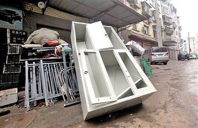 铁皮柜被当废品卖了 哪知里面还有2.7万元现金