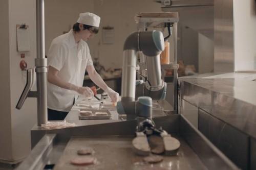 """""""厨房助理""""汉堡烹饪机器人Flippy迎来餐厅首秀"""