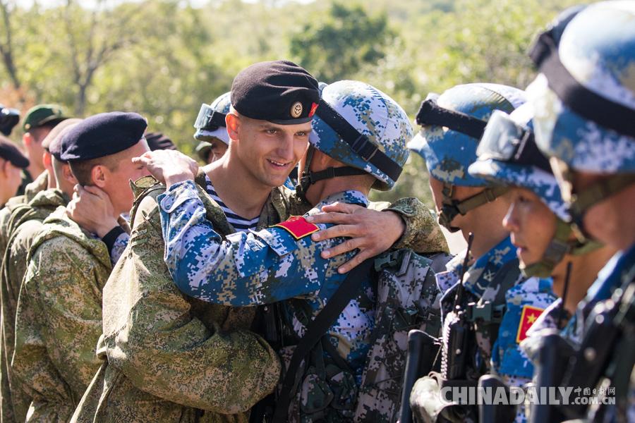 """""""海上联合—2017"""":中俄海军陆战队举行联合反恐比赛"""