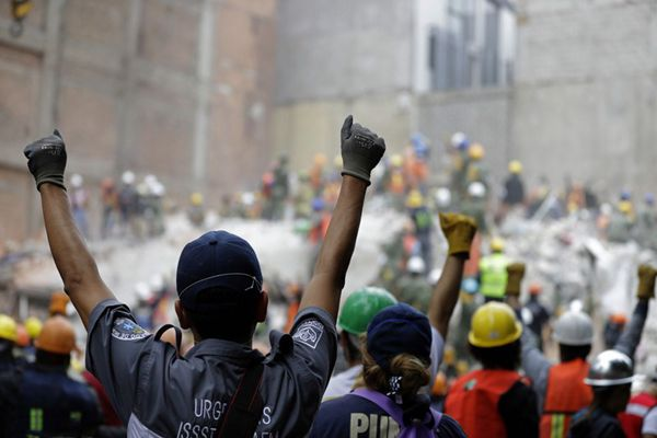 墨西哥地震救援现场 看到这个手势请保持肃静