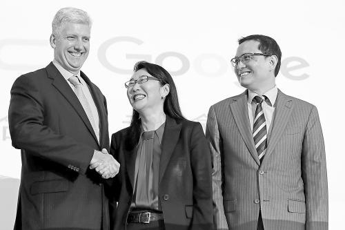 HTC董事长王雪红(中)与谷歌资深硬件副总裁欧斯特罗(左一)在记者会上握手庆贺。