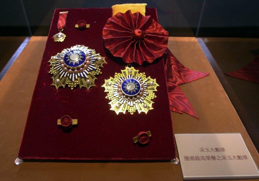 """这枚陈水扁曾经颁给自己的""""最高荣誉勋章"""" 为什么让绿营吵个不停?"""