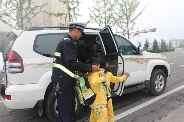 陕西一90后交警为上学娃开车门 网友点赞