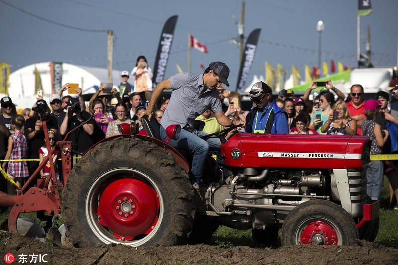 特鲁多出席耕田大赛 开着拖拉机下田犁地