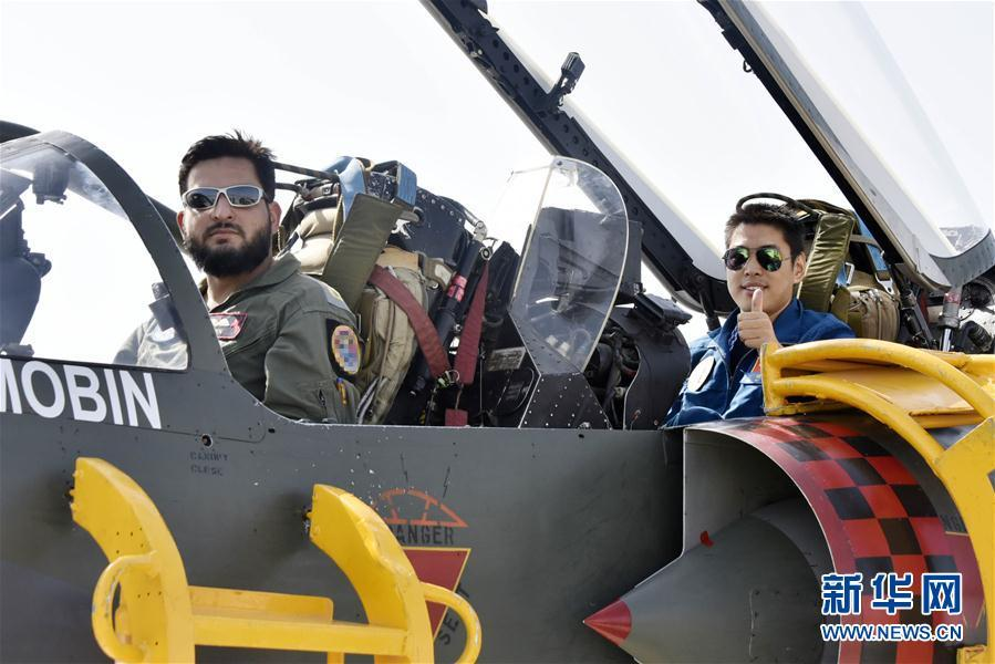 中巴空军飞行员同乘对方战机对抗训练展现深度互信