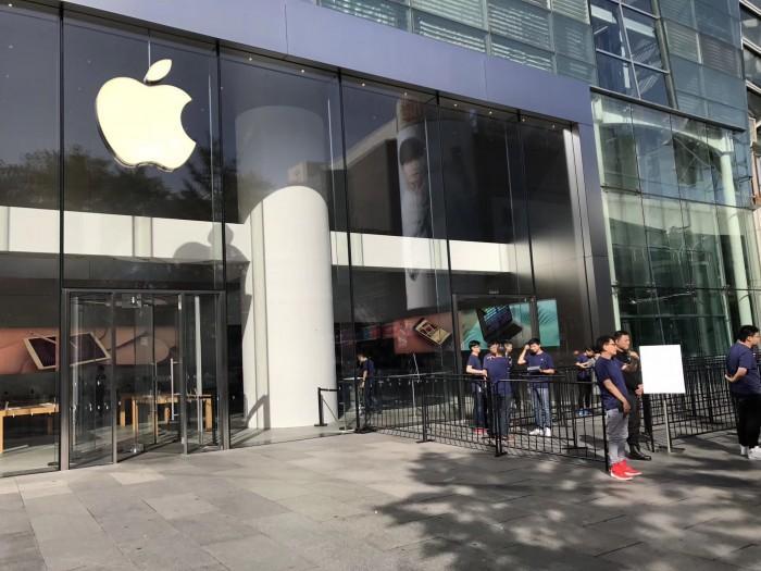 iPhone8黄牛价格比官网低 苹果店拆除排队围栏