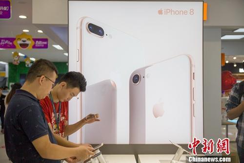 苹果8开售遇冷:顾客只玩不买 没有出现排队现象