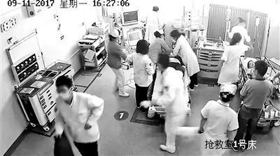 医生抢救患者剪坏衣物遭索赔千元 称理解家属索赔行为