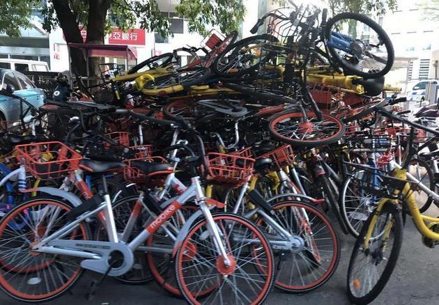 """共享单车违规停被""""控制""""影响出行安全正在收回"""