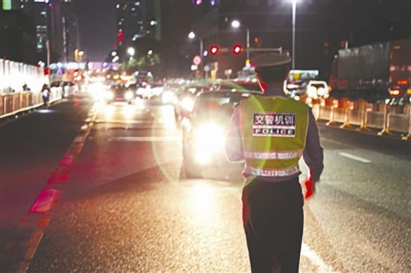 货车夜间开远光灯 对向面包车撞行人致其当场死亡