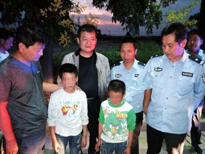 男孩因作业被家长批评 带弟弟和零食离家