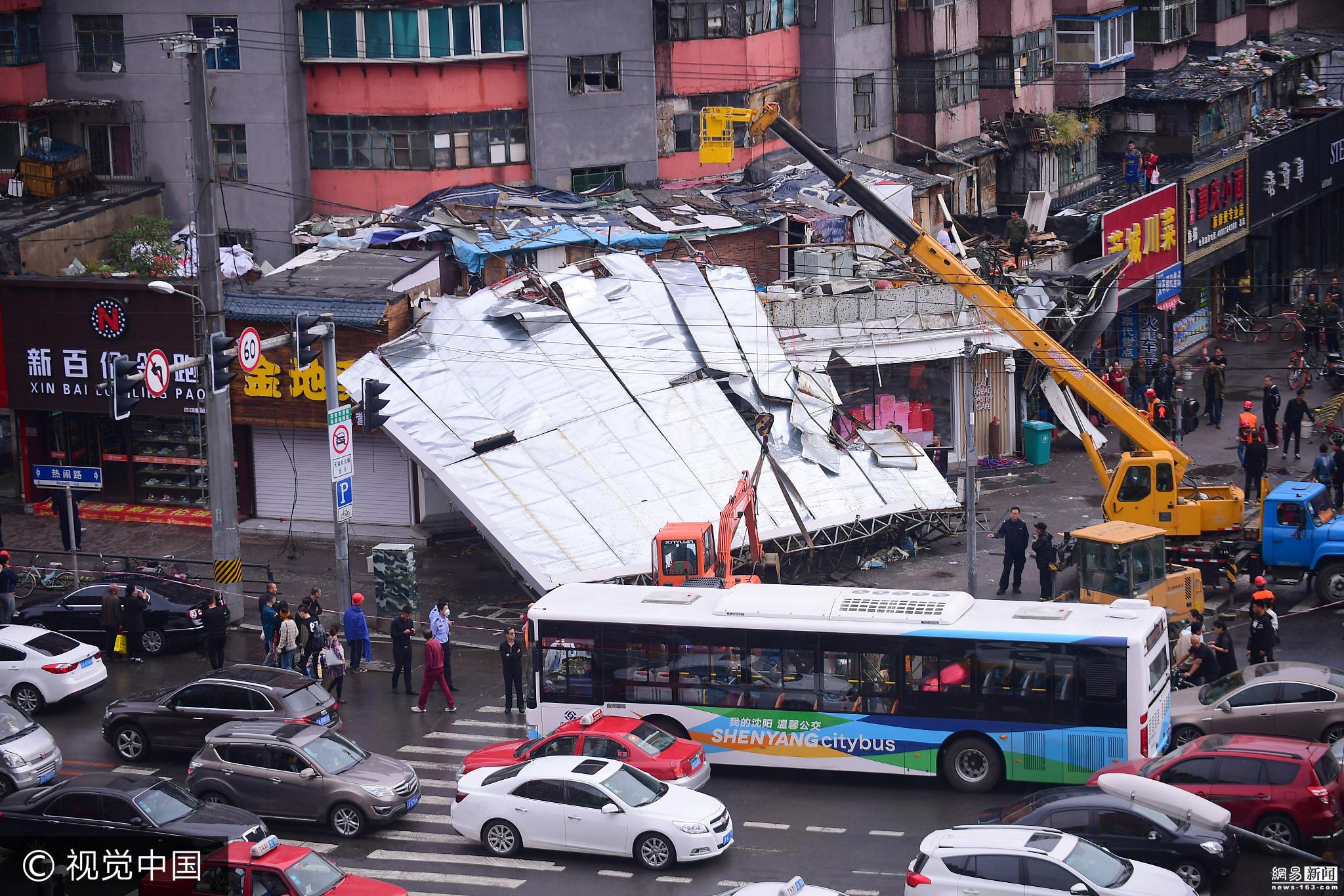 沈阳巨型广告牌被风吹落 砸中机动车