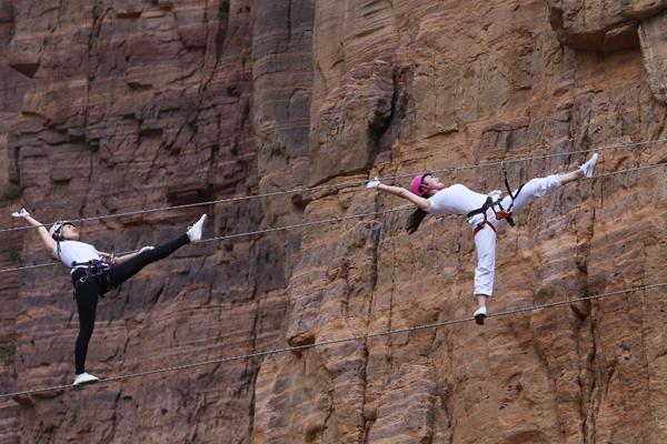 美女高空钢丝上练瑜伽 游客惊呼太刺激