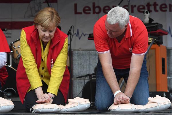 大选在即 默克尔参加急救技能培训为大选造势