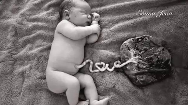 还未剪脐带的初生婴儿照 值得永久珍藏!