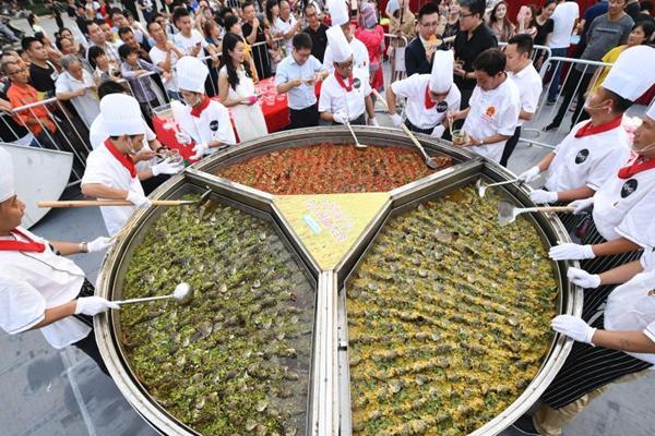 长沙民众共享千斤稻花鱼 场面壮观