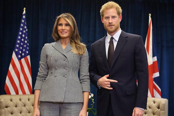 """哈里王子见美""""第一夫人"""" 合影手势亮了"""